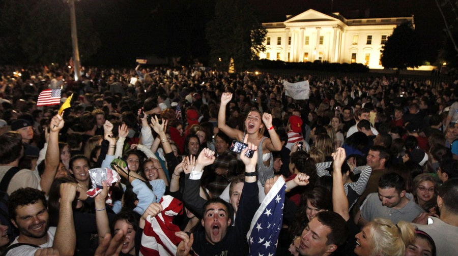 osama-death-celebrated-by-crowd-at-white-house_7137673_wide-81d420967a48ee88ca7c8ae54004993f7a213f5f-s900-c85